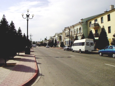 Kerç'te Karl Marks Caddesi'nden görünüm. Özgür Karahan . Mayıs 2003